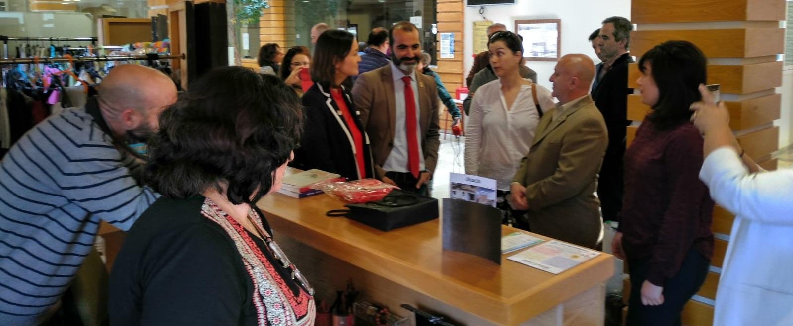 Javier (Alcalde), Blanca (Concejala de Medio Ambiente), Jesús (Concejal de Desarrollo Local), Laura y Mariajo (Cooperativa Los Mochuelos) explicando a la Ministra el proyecto de Reutiliza y como ha mejorado su municipio.
