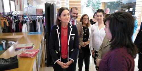 Laura, miembro de la Cooperativa, explicando el proyecto Reutiliza a la Ministra.