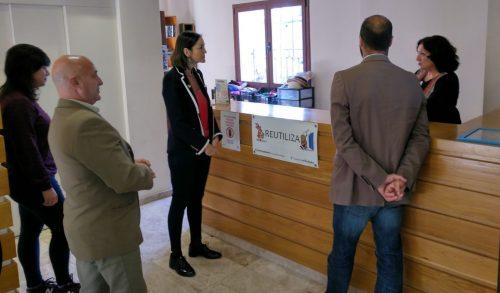 Mariajo, trabajadora de Reutiliza, explicando el proyecto.